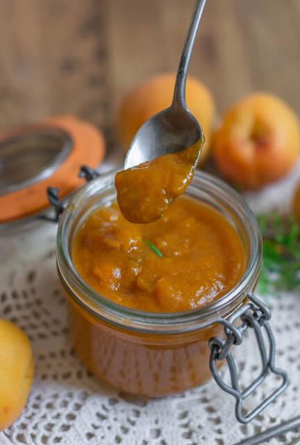 Petit compote d'abricots au romarin et sucre de dattes